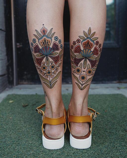 tatouage Hilary Petersen femme aux fleurs