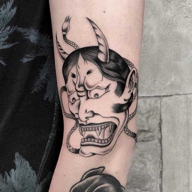 tatouage d'un château sur la poitrine par Antoine