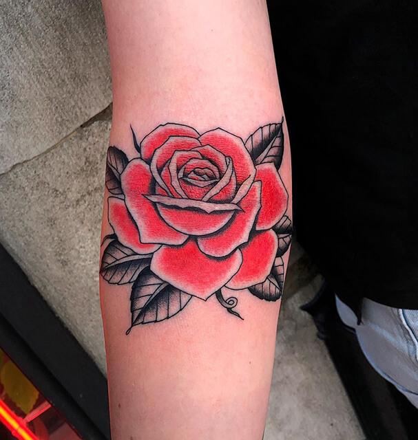 tatouage d'un château sur une main par Antoine