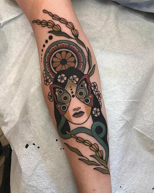 tatouage Hilary Petersen femme avec des planètes